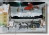 Carruaje, elegante carro jalado por un caballo de pequeñísimas dimensiones, detalle de una maqueta que forma un conjunto cineasta que representa el expreso al polo, un diminuto tren que corre por sus vías, sobre un paisaje navideño.